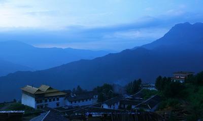 在通往著名的木里大寺路上,高原景色壮美,风光旖旎,让人畅快淋漓