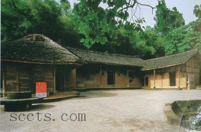 为典型的四川乡村四合院农舍,土木结构矮楼房,正面有堂屋,厨房,东厢为